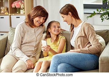 grand-mère, mère, smartphone, fille