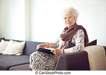 grand-mère, maison, divan, séance