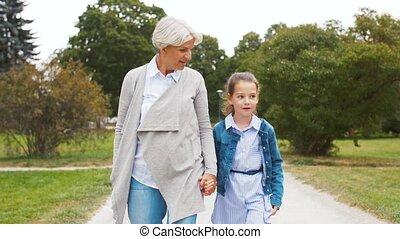 grand-mère, marche, petite-fille, parc