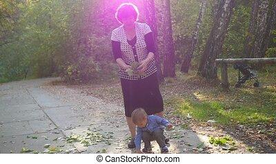 grand-mère, parc, jouer, petit-fils