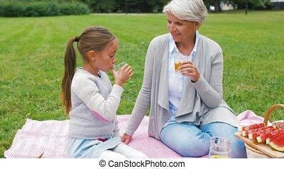 grand-mère, parc, petite-fille, pique-nique