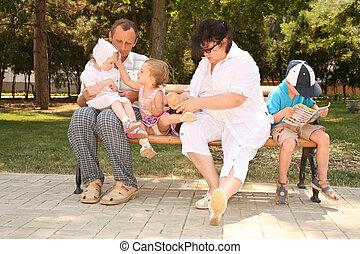 grand-mère, petit-enfant, siège, grand-père, banc
