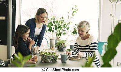 grand-mère, petit, girl, home., mère