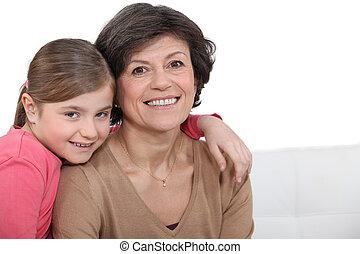 grand-mère, petite-fille, étreindre