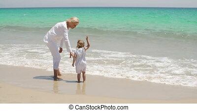 grand-mère, peu, apprécier, plage, girl