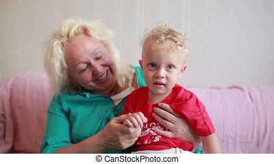 grand-mère, peu, grandson., elle, heureux