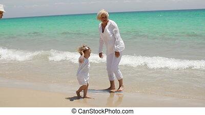 grand-mère, peu, plage, girl, jouer