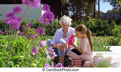 grand-mère, planter, girl, fleurs, jardin