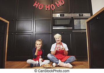 grand-mère, portrait, petite-fille, cuisine