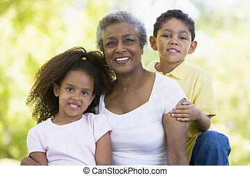 grand-mère, poser, petits-enfants