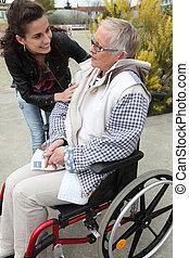 grand-mère, réconfortant, femme, jeune, elle