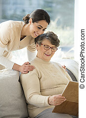 grand-mère, regarder, album, photo