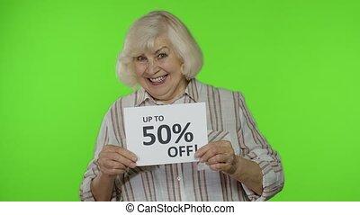 grand-mère, regarder, stupéfié, inscription, projection, haut, 50, publicité, personne agee, fermé, escomptes, cent