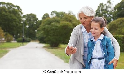 grand-mère, selfie, petite-fille, parc, prendre