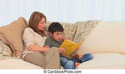 grand-mère, sien, livre, petit-fils, lecture