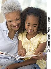 grand-mère, sourire, petite-fille, lecture