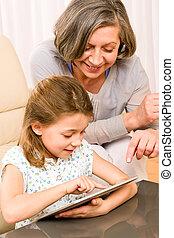 grand-mère, toucher, usage, petite-fille, tablette