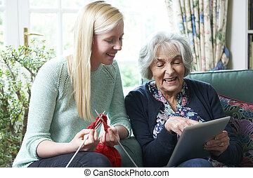 grand-mère, utilisation, tablette numérique, comme, petite-fille, knits