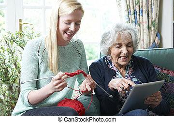 grand-mère, utilisation, tablette numérique, whilst, petite-fille, knits