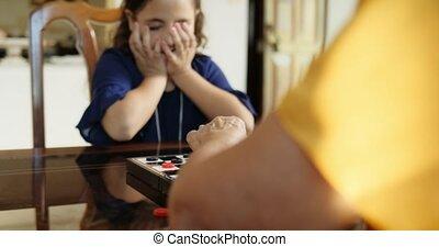 grand-maman, jouant vérificateurs, jeu société, à, petite-fille, chez soi