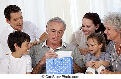 grand-père, donner, présent, famille