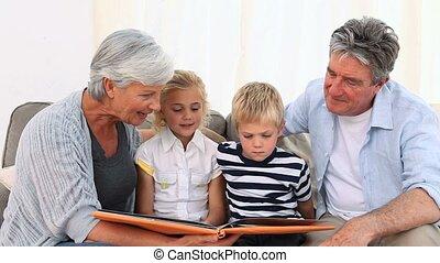 grand-père, theirs, album, projection, photo, grandchilds
