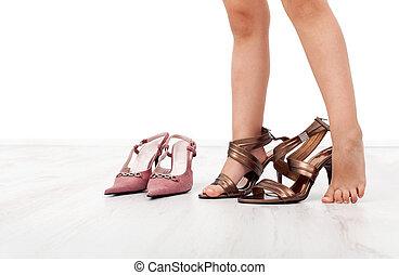 grand, peu, chaussures, hauts talons, girl, essayer