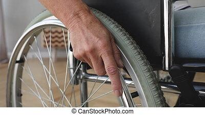 grand plan, 70s, wheel., tenue femme, personnes agées, main