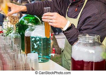 grand plan, barman, mains, tenue, alcool, teinture, cocktail, dans, test-tubes., nourriture rue, festival, inhabituel, extraordinaire, serving., boire, cocktails, fête, événement, concept., sective, foyer., espace, pour, texte