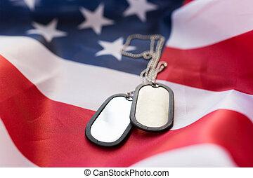 grand plan, de, drapeau américain, et, militaire, insignes