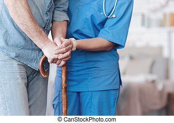 grand plan, de, femme, infirmière, portion, personnes agées, patient, marcher