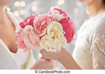 grand plan, de, heureux, lesbienne couple, à, fleurs