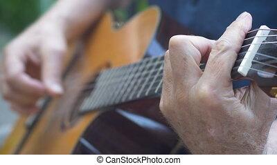 grand plan, de, homme, jouer, cordes, et, doigt, cueillette, sur, guitare acoustique