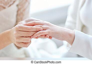 grand plan, de, lesbienne couple, mains, à, alliance