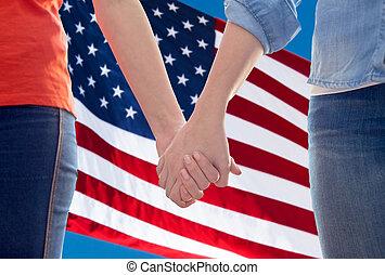 grand plan, de, lesbienne couple, tenant mains