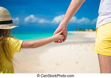 grand plan, de, père, et, peu, fille, tenir autre, mains, à, plage