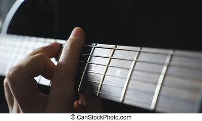 grand plan, mâle, doigts, de, guitariste, strumming, les, strings., main, de, type, exécuter, solo, de, rocher, music., bras, de, musicien, jouer, sur, électrique, guitar., adulte, homme, composer, a, nouveau, melody., ralenti
