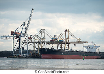 grand, récipient bateau, port, déchargé