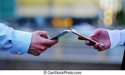 grand, téléphones mobiles, deux, closeup, fond, mains, cityscape, utilisation