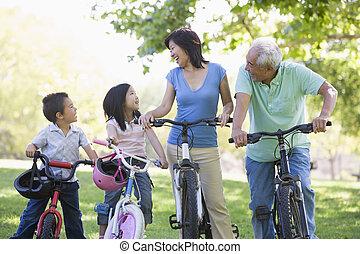 grandchildren., fiets helpend, grootouders