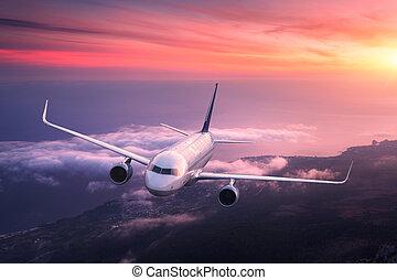 grande, aeroplano, è, volare, in, cielo rosso, sopra, il, nubi