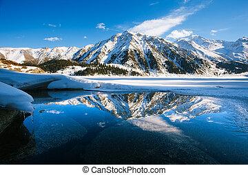 grande, almaty, lago, ligado, december., água, gelo, montanhas, e, snow.