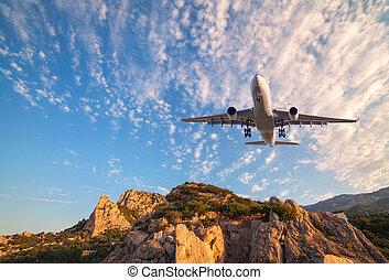grande, bianco, aeroplano, è, volando, pietre, a, alba
