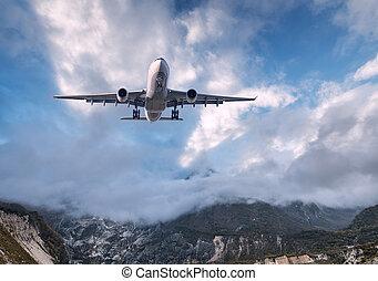 grande, bianco, aeroplano, è, volare, in, cielo nuvoloso, a, tramonto