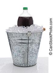 grande, botella de la soda, en, cubo hielo
