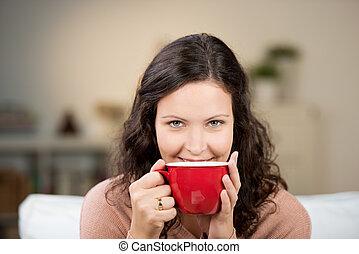 grande, chá, desfrutando, mulher, copo