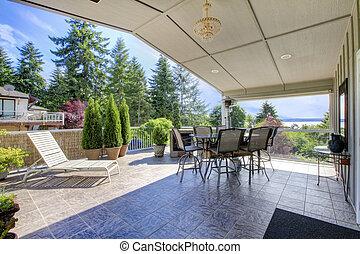grande, coberto, convés, com, pedra, assoalho telha, tabela, jogo, e, sol, chair.