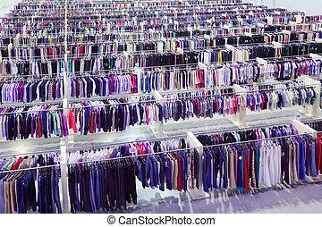 grande, deposito vestiti, molti, file, con, grucce, con,...