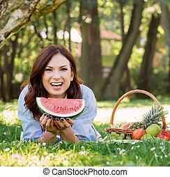 grande, fatia, disposição, mulher, melancia, tendo