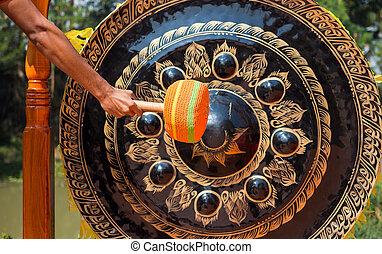 grande, gongo, golpe, templo, mão